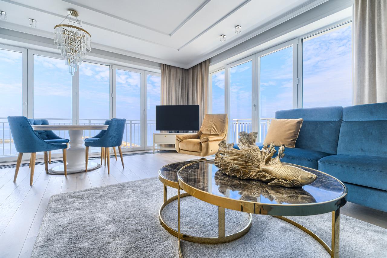 Wnętrze apartamentu typu Penthouse z widokiem na morze